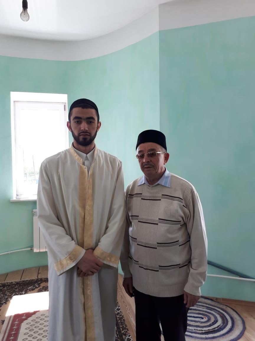 Хуршед Азизов с имамом мечети поселка Буланаш Тахиром хазратом